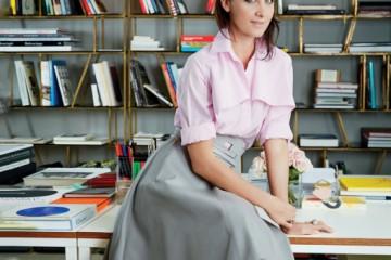 자신의 토즈 데뷔 컬렉션 의상을 입고 스튜디오에서 포즈를 취한 알레산드라 파키네티.