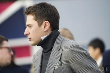 Check in Gray단정한 회색 글렌 체크 코트 위에 짙은 회색 터틀넥의 매치. 피렌체에서 마주친 세련된 옷차림의 신사.www.koo.im