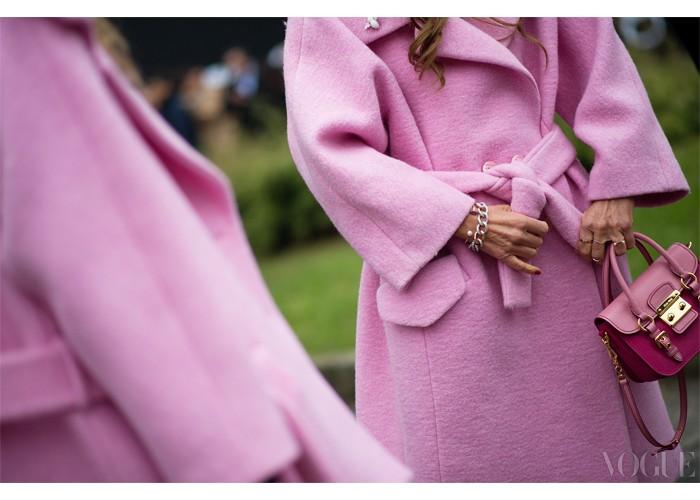Pink Think솜사탕이 떠오르는 까르벵의 분홍 코트를 짝지어 연출한 안나 델로 루소와 그녀의 친구. 마무리는 앙증맞은 미우미우의 분홍 가방.