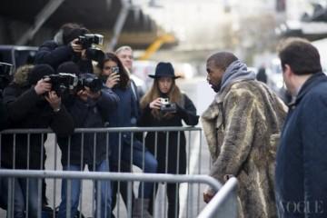 Key of Kanye지방시 남성복 컬렉션에 참석한 칸예 웨스트. 스웨트 소재 후드 티셔츠와 가죽 팬츠, 검정 스니커즈에 모피 코트를 차림으로 등장했다.