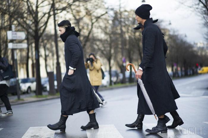 Black Out머리부터 발끝까지 모두 검정! 파리에 등장한 블랙 군단. 조금씩 디자인은 다르지만 검정 롱 코트와 부츠로 연출했다.