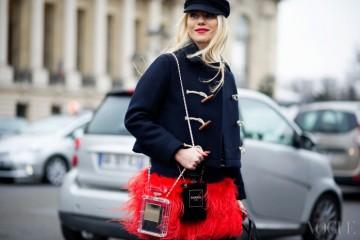 Scent in Style더플 코트와 베레, 남색 줄무늬 티셔츠로 마린 룩을 연출한 파리지엔. 스타일 포인트는? 붉은 깃털 장식의 스커트와 이와 딱 맞는 립 컬러, 그리고 샤넬의 두 가지 No.5 클러치!
