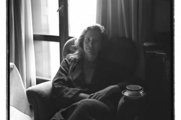 12월의 어느 날, 베니스의 호텔에서 수잔 손탁이 촬영한 애니 레보비츠(1994).