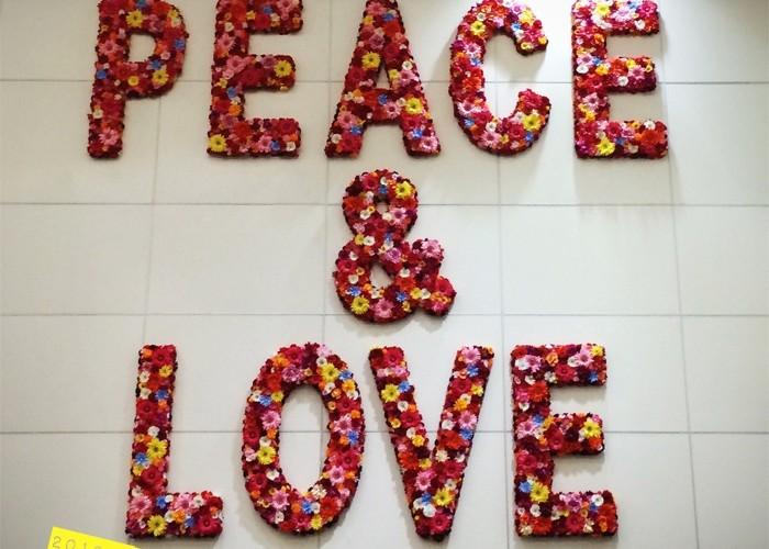 12월! 계속되는 스케줄 때문에 무척 바쁘지만, 잠깐 시간을 내서 마이애미 여행에 나섰다. 12월 4일부터 8일까지 열린 아트 바젤을 구경하기 위해! 마이애미 공항에서 맨 먼저 눈길을 사로잡은 건? 'Peace & Love' 문구의 꽃으로 만든 벽화.