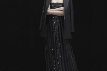 블랙 테일러드 칼라 재킷은 김서룡 옴므(Kimseoryong Homme), 스팽글 장식 튜브 롱 드레스는 블루마린(Blumarine), 상아색 옥스퍼드 슈즈는 랑방(Lanvin).