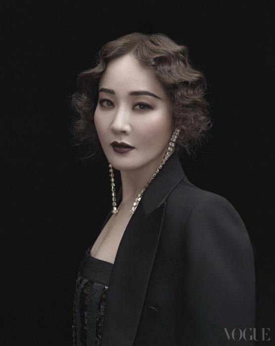 블랙 테일러드 칼라 재킷은 김서룡 옴므(Kimseoryong Homme), 스팽글 장식 튜브 롱 드레스는 블루마린(Blumarine).