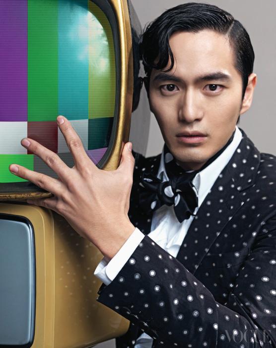 도트 패턴 수트와 러플 셔츠는 김서룡 옴므(Kimseoryong Homme).