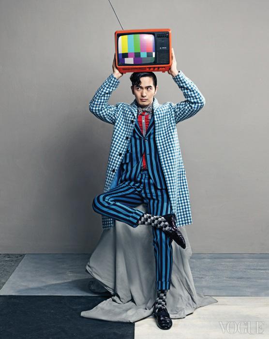 러플 셔츠와 깅엄체크 코트는 프라다(Prada), 스트라이프 수트는 암위(Am.We), 도트 보타이는 김서룡 옴므, 격자무늬 양말은 삭스탑(Sockstop), 에나멜 로퍼는 구찌(Gucci).