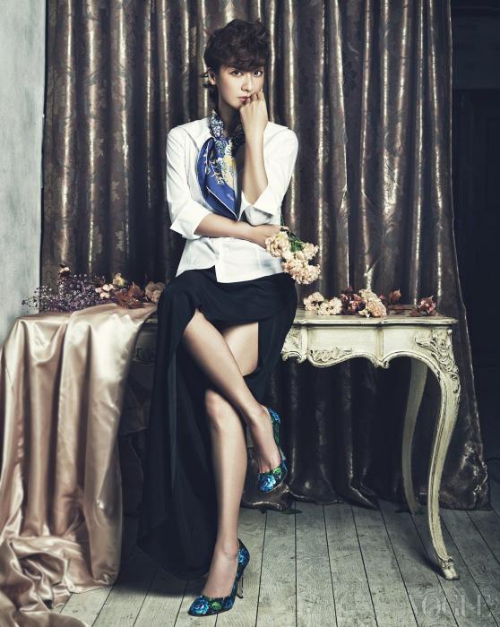 화이트 셔츠는 도나 카란 컬렉션(Donna Karan Collection), 섹시한 블랙 슬릿 롱스커트는발맹(Balmain), 실크 스카프는 에르메스(Hermès), 꽃 프린트 슈즈는 미우미우(Miu Miu).