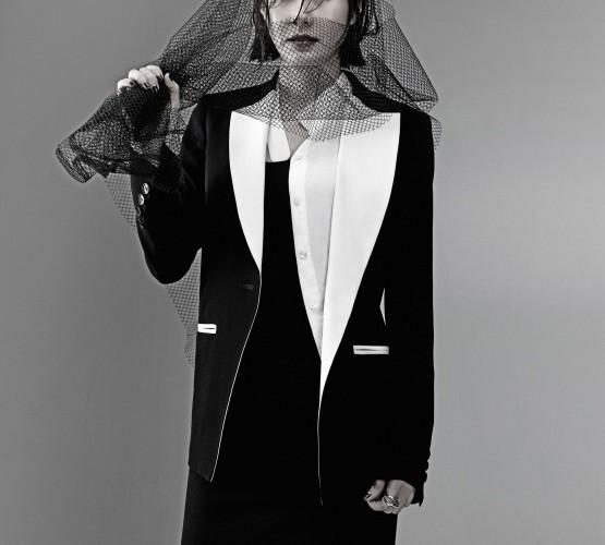 정교한 블랙 재킷과 레이어드한 화이트 셔츠는 그레이하운드(Greyhound), 롱 드레스는마이클 코어스 컬렉션(Michael Kors Collection).