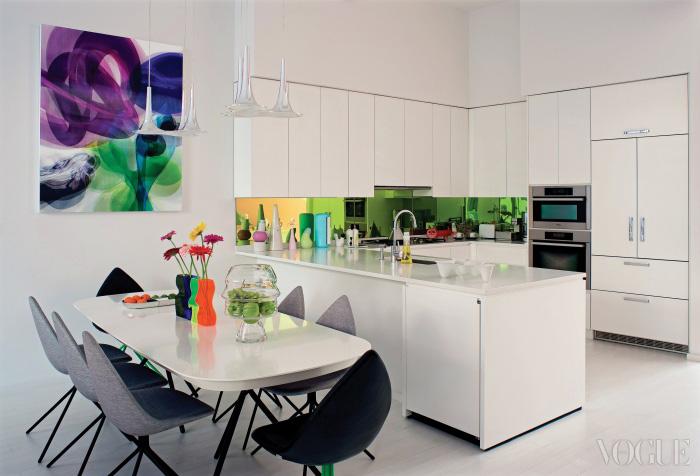 부엌 역시 라시드의 작품들로 가득하다. Ottawa 컬렉션으로 불리는 의자와 식탁, 식탁 위 화병과 쟁반들은 모두 BoConcept 제품들. 과일을 담은 Ego 그릇은 Atlantis, 천장의 Nafir조명은 Axo, 싱크대 오른쪽 7 Hills 그릇은 Gaia&Gino 제품이다. 벽에 걸린 컬러풀한 회화는 'Ikon(Infinity)'라는 제목의 작품.