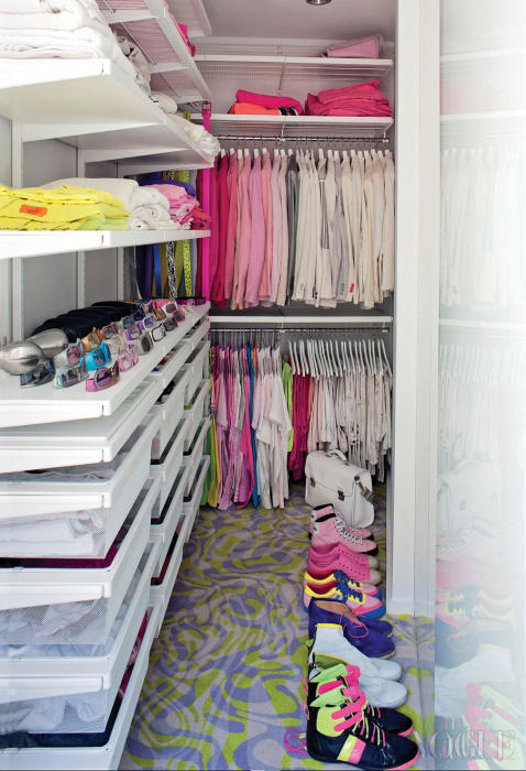 라시드의 과감한 패션을 단번에 살펴볼 수 있는 드레스룸.