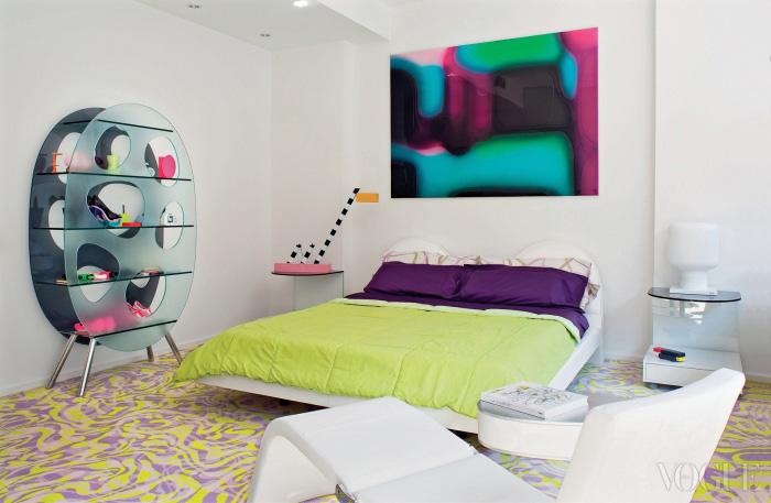 라시드의 침실 모습은 꼭 미래를 배경으로 한 영화에 등장할 법하다. 침대는 Valdicienti, 선반과 협탁은 Tonelli, 하얀색 의자는 Bonaldo, 오른쪽의 램프는 BoConcept 제품. 왼쪽 램프는 Michele De Lucchi가 디자인한 Memphis 시리즈다.