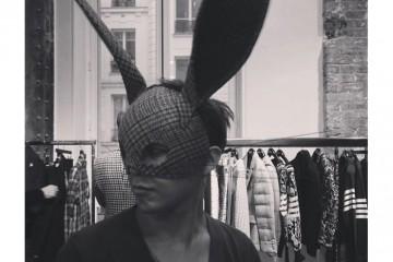 Bubby Boy톰 브라운 2014 가을 컬렉션의 커다란 토끼 귀가 달린 마스크를 쓴 지디.