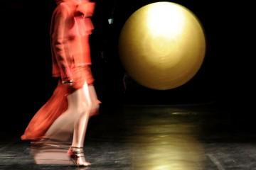뉴욕 모이니한 스테이션에서 열린 프라발 구룽 쇼. 백스테이지를 스쳐 지나가는 모델.
