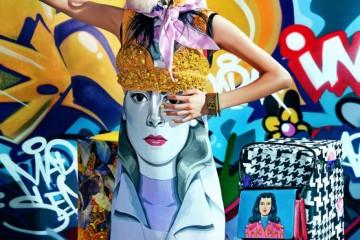 멕시코 벽화가의 손에서 탄생한 여인의 초상화 프린트 드레스, 화려한 비즈 장식 노란색 브라톱, 크리스털 장식 컬러 뱅글들, 초상화 프린트의 토트백은 모두 프라다(Prada), 알록달록한 꽃이 장식된 머리 장식은 유돈 초이(Eudon Choi).