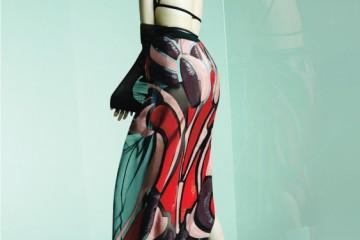 Back to Back스테인드글라스에서 영감을 얻은 메탈릭한 자수 드레스, 스트랩 브라, 샌들은 모두 구찌(Gucci), 흰색 버선 양말은 빈티지.