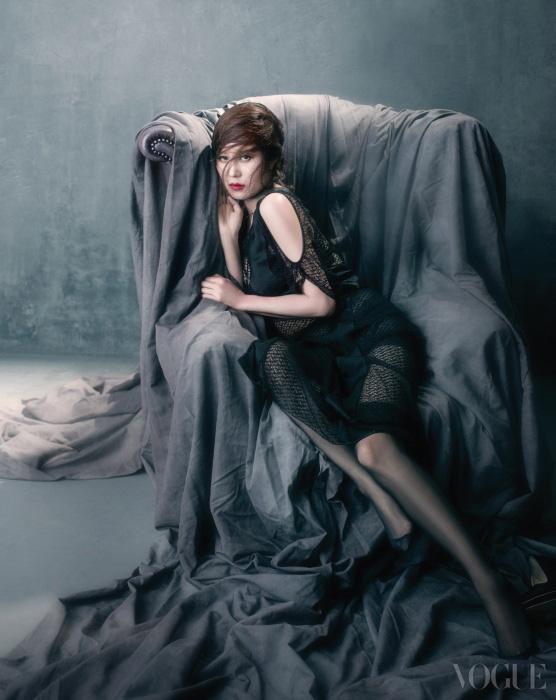 어깨선이 드러나는 레이스 롱 드레스는 디올(Dior), 브라톱은 이자벨 마랑(Isabel Marant).