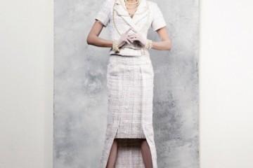화이트 트위드 반팔 재킷과 미디 스커트를 레이어드한 듯한 롱스커트, 진주 목걸이와 팔찌, 슈즈는 모두 샤넬(Chanel).