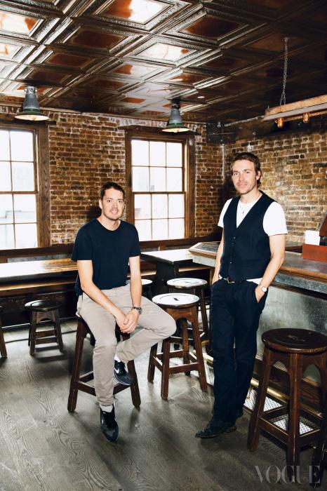 랙앤본의 영국인 크리에이티브 디렉터인 마커스 웨인라이트(왼쪽)와 데이비드 네빌(오른쪽). 두 사람이 즐겨 찾는 뉴욕의 브라스 몽키(Brass Monkey)에서.