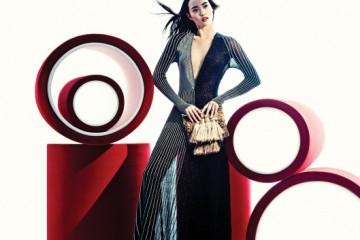 반짝이는 은사 장식으로 선을 그어 현대미술 작품처럼 모던한 클리비지 플리츠 드레스를 완성했다. 니트 태슬 장식 클러치와 에스닉한 실버 플랫폼 샌들이 조화롭게 어울렸다.