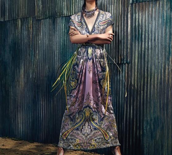 이번 시즌 베로니카 에트로는 하우스를 대표하는 페이즐리 패턴을 현대적으로 재해석했다. 네크라인이 깊게 파인 롱 드레스에 정교하게 제작된 메탈 벨트로 마무리했다. 끈과 진주 장식, 삼각형의 메탈 장식이 어우러진 네크리스는 데이드림(Daydream).