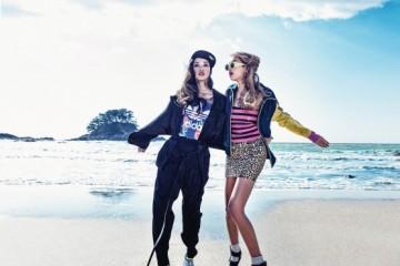왼쪽 모델의 메탈릭한 오버사이즈 재킷과 트랙 팬츠는 구찌(Gucci), 모자는 NBA, 프린트 로고 티셔츠는 아디다스(Adidas), 은색 샌들은 샤넬(Chanel). 오른쪽 모델의 핑크 스팽글 튜브톱과 레오파드 패턴 미니스커트와 비즈 양말은 모두 생로랑(Saint Laurent), 컬러 블록 저지 트랙 점퍼는 아디다스, 스트라이프 플랫폼 샌들은 슈콤마보니(Suecomma Bonnie), 노랑 선글라스는 카렌 워커(Karen Walker at Optical W).