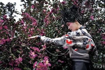 잉어와 꽃들이 수놓인 시스루 블루종은 3.1 필립 림(3.1 Phillip Lim), 가죽 뷔스티에 드레스는 펜디(Fendi), 체인으로 이어진 가죽 초커와 뱅글은 하우앤왓(How and What), 도마뱀과 과일 모양 깃털 헤드피스는 고요다(Goyoda).