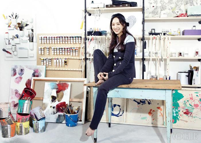 회색 니트 더블 수트는 소니아 리키엘(Sonia Rykiel), 리본 장식이 달린 가죽 머리띠는발렌시아가(Balenciaga).