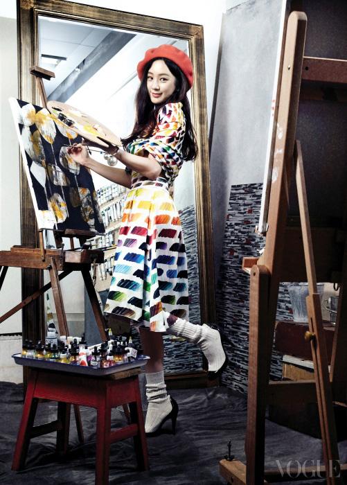 물감 팔레트처럼 색채가 들어간 원 숄더 원피스, 니삭스로 이어진 펌프스는 샤넬(Chanel).
