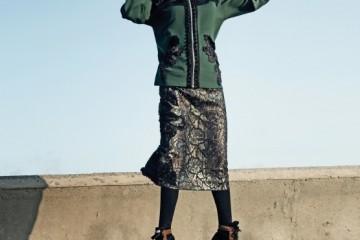 태슬 장식 후드 집업과 스팽글 미디 스커트는 마크 제이콥스(Marc Jacobs), 컬러 블록 하이톱 운동화는 프라다(Prada), 반장갑은 샤넬(Chanel).