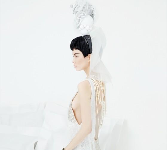 시퀸을 엮은 레이스 소재 플래퍼 드레스는 맥앤로건(Mag&Logan), 긴 진주 목걸이는 샤넬(Chanel), 헤드피스는 고요다(Goyoda), 골드 뱅글은 H&M.