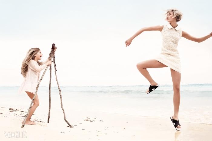 PHOTO FINISH섬세한 아이보리색 레이스가 깔끔한 실루엣에 녹아든 시프트 드레스. 칼리가 입은 PVC 칼라 레이스 드레스는 돌체앤가바나 (Dolce&Gabbana), 납작한 샌들은 셀린(Céline), 소녀가 입은 드레스는 홈스펀 빈티지(Homespun Vintage).