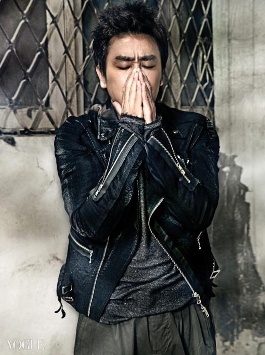 거친 가죽 워싱의 라이더 재킷은 씨와이 초이(Cy Choi), 빈티지한 티셔츠는 H&M, 그레이 코튼 팬츠는 폼 덱스프레시옹(Forme D'expression at Blush).