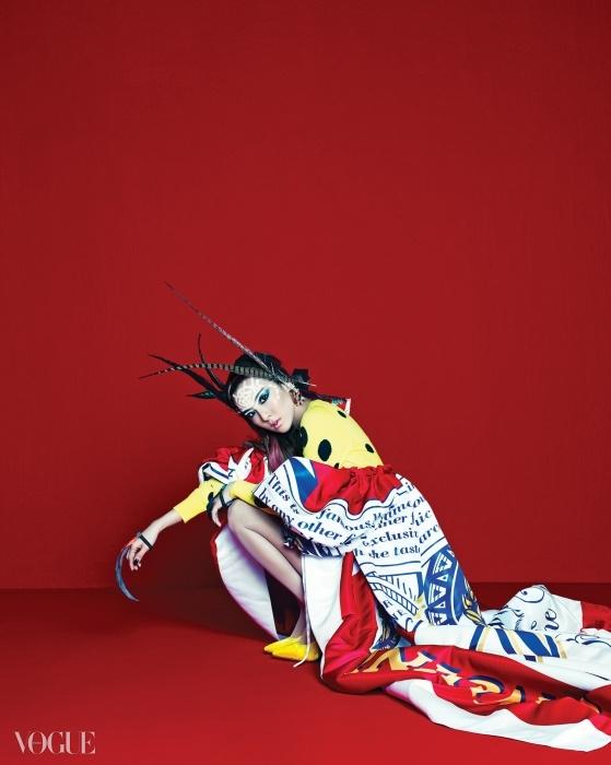 산다라는 스폰지밥 프린트의 니트 크롭트 톱과 쇼츠 위로 버드와이저 프린트의 풍성한 가운을 걸쳤다. 노랑 힐까지 모두 모스키노(Moschino), 깃털 팔찌와 귀고리는 프라다(Prada).