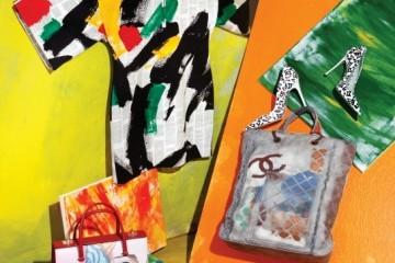 거친 붓 터치의 미니 드레스는 셀린(Céline), 화이트 음표 프린트 베르니체 슈즈는 미우미우(Miu Miu), 작업실에서 뒹굴다 가져온 듯한 쇼퍼백은 샤넬(Chanel), 캔버스를 그대로옮긴 듯한 스니커즈는 스터즈워(Studswar), 멕시코 벽화를 프린트한 토트백은 프라다(Prada).
