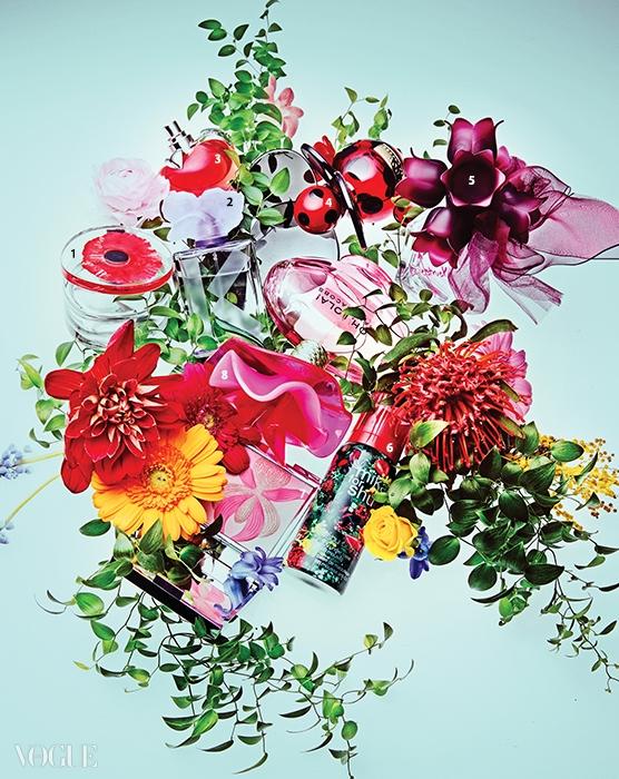 1 겐조 '플라워 인 디 에어', 라즈베리와 핑크페퍼, 장미, 매그놀리아, 가데니아의 화려한 꽃향기와 화이트 머스크가 어우러진다. 2 블랙베리의 과일 향과 바이올렛의 상쾌한 꽃 내음이 어울린 겐조 '꿀뢰르 겐조 바이올렛'. 3 빨간 사과 모양 보틀이 사랑스러운 니나 리치 '니나 오데토일렛'. 라임, 레몬, 사과, 밤나팔꽃, 코튼 머스크의 프레시 플로럴 프루티 향. 4 레드베리, 재스민, 머스크, 바닐라가 가볍고 사랑스러운 마크 제이콥스 '도트 쥬시 플로럴'. 5 핑크페퍼, 살구꽃, 프리지어, 우드, 시어 머스크 향을 지닌 베라 왕 '러브 스트럭 플로랄 러쉬 오드 퍼퓸'. 6 사진작가이자 영화감독인 미카 니나가와의 '노래하는 숲' 사진이 프린트된 슈에무라 'UV 언더베이스 BB 무스'. 7 화려한 난꽃 무늬의 하이라이터&블러셔, 시슬리 '로키데 로즈'. 8 모란 향기 가득한 즐겁고 관능적인 향기, 마크 제이콥스 '오, 롤라!'.