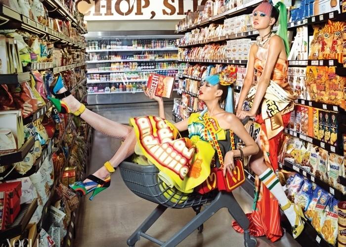 청담 SSG 푸드마켓에서 진열대의 과자들과 한 몸이 된 컨슈머 꾸뛰르 차림의 모델들. 스낵 포장지 디자인의 의상과 M 로고 핸드백은 모두 모스키노, 진주 목걸이는 샤넬, 신발은 모두 프라다.