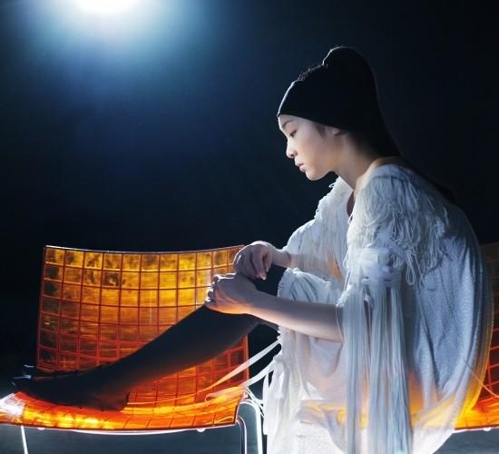 기대도 실망할 것도 없었던 세계를 정복한 김연아의 16살 때 모습. 2007년 5월,사랑스러운 피겨 여왕의 우아한 기적이 이뤄지던 때 가 그녀를 담았다. 길게 달린 술 장식의 소매와 작은 비즈로 장식된 화이트 롱 드레스는 진태옥(Jinteok). ⓒ Hong Lu