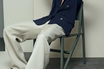 DIRECTOR'S CUT요란하지 않지만 충분히 멋스러운 재킷, 단정하지 않게 흘러내리는 팬츠, 컬러 블록 로퍼가 인상적인 캐주얼 수트 룩을 연출한다. 출근복으로는 물론, 격식을 차릴 필요 없는 필름 페스티벌을 방문할 때도 좋은 스타일링! 저지 블레이저와 팬츠는 랑방(Lanvin), 브로그는 피에르 아르디(Pierre Hardy).