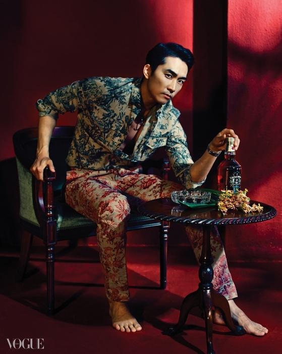 이그조틱한 야자수 패턴 프린트 셔츠와 팬츠는 발렌티노(Valentino).