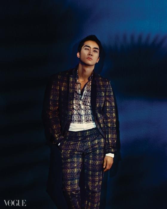 뱀피 프린트 테일러드 수트와 셔츠는 우영미 옴므(Wooyoungmi Homme).