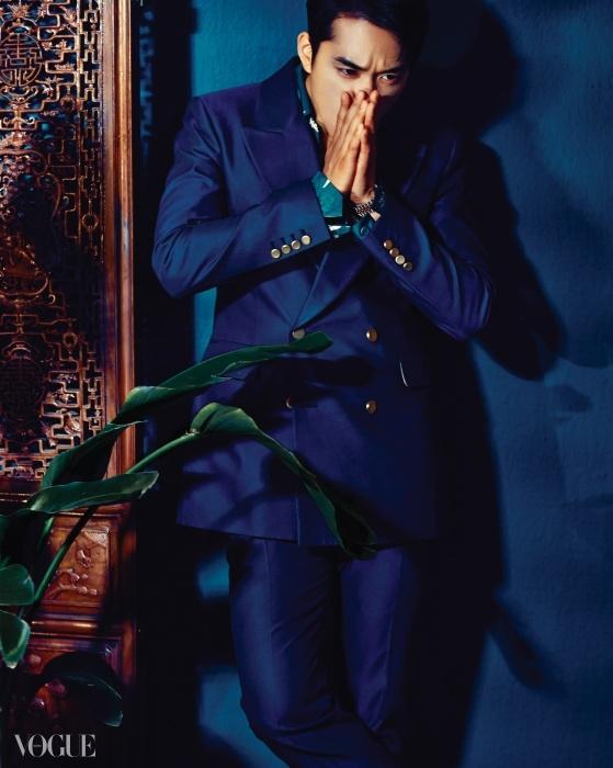 비비드한 블루 컬러 테일러드 수트는 김서룡 옴므(Kimseoryong Homme), 이국적인 꽃 프린트 실크 셔츠는 프라다(Prada).