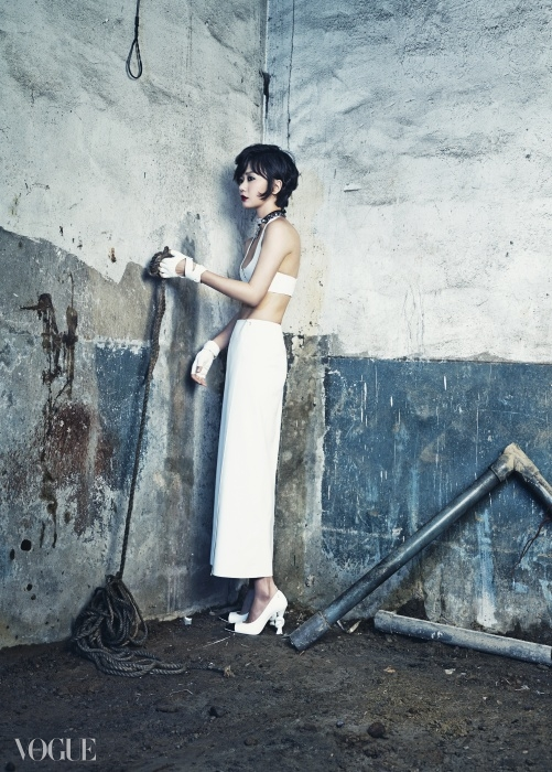 간결한 브라톱과 발목까지 오는 펜슬 스커트는 캘빈 클라인 컬렉션(Calvin Klein Collection),체인 목걸이와 글러브, 꼬임 굽 장식 슈즈는 모두 샤넬(Chanel).