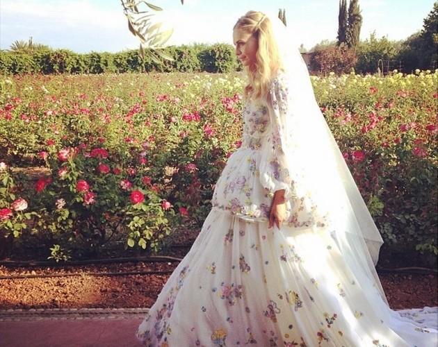 모로코에서의 두 번째 결혼식을 위해 꽃밭을 배경으로 푸치 플로랄 드레스를 입고 있는 포피 델레바인. @peter_dundas/Instagram