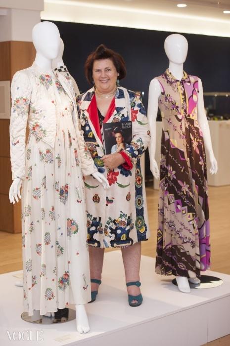 작년 7월 런던 크리스티 경매에서 자신의 오시 클락 드레스와 포즈를 취하는 수지 멘키스. 오른쪽은 푸치 팔라초 파자마 ⓒ Rex Features