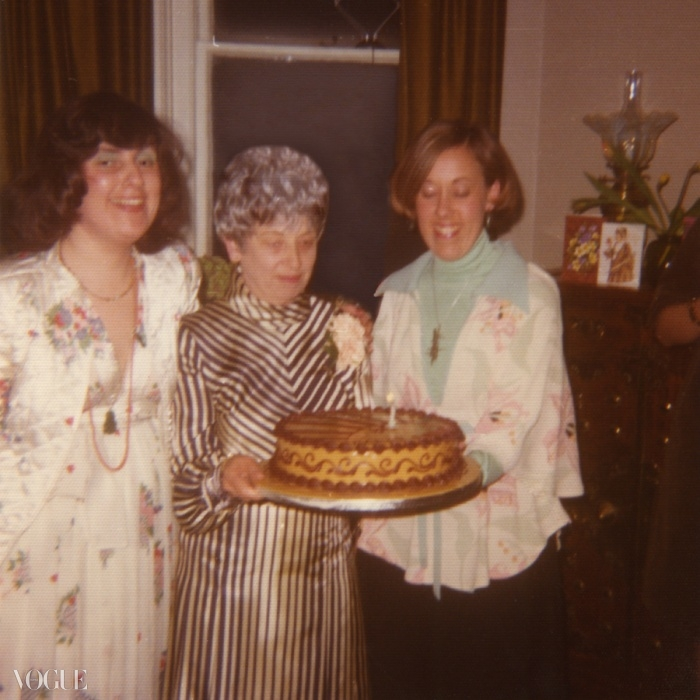 70년대에 어머니의 생일 파티 때 오시 클락 의상을 입고 있는 수지와 언니 비비안의 사진. ⓒ Suzy Menkes