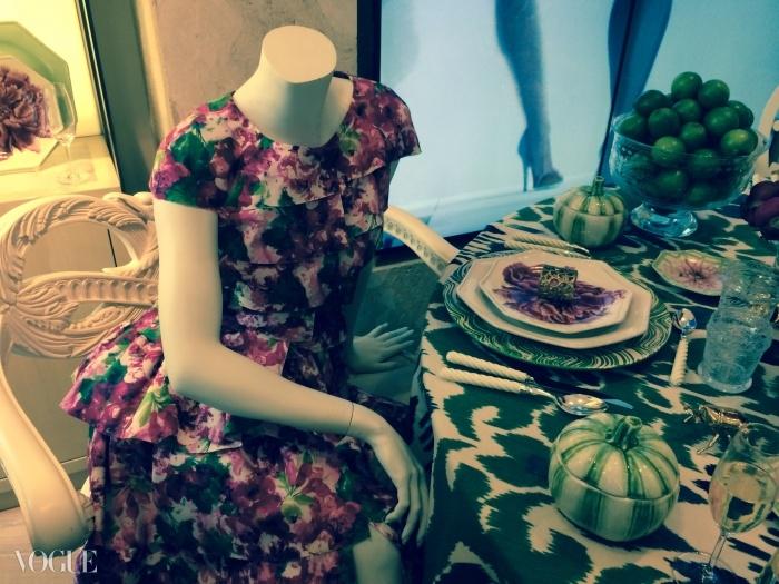 사과 꽃, 치자나무, 목련, 그리고 모란이 오스카의 드레스들과 그릇들을 우아하게 장식하고 있다.