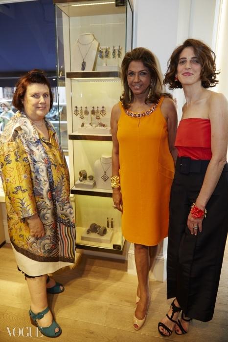 오스카 드 라 렌타의 부사장인 엘리자 볼렌(오른쪽)과 보석 디자이너 키랏 영(가운데)과 함께 한 수지.