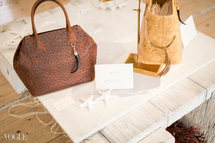 체인, 뿔, 상표, 가죽, 안감, 그리고 포장 등 모든 것이 100 % 남아프리카에서 제작되고 공급된다.